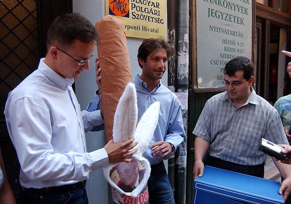 A 2000-es évek elején imádta a performanszokat. Itt épp azzal a szivarral látható, amit a Fidelitas küldött Medgyessy Péter akkori miniszterelnöknek.