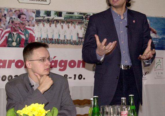 Szijjártó Péter egyik első sajtónyilvános megjelenése 2002-ben. Ekkor még a Fidesz ifjúsági szervezetének, a Fidelitasnak az országos alelnöke volt. Az egy számmal nagyobb zakó még nem vall kifinomult stílusra, de a szemüveg és a felnyírt haj már ekkor is védjegye volt.