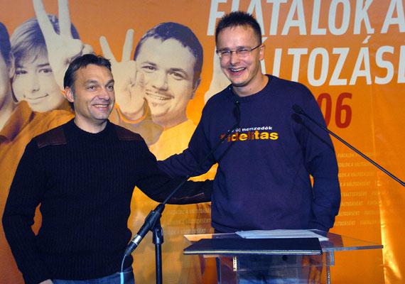 Tíz évvel ezelőtt így nézett ki ez a két ember. Szijjártó mit sem változott, Orbán Viktorban viszont minden bizonnyal nosztalgiát ébresztene ez a fotó.