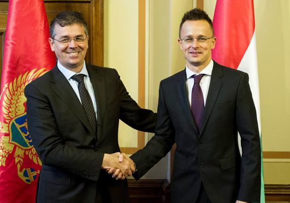 Itt éppen Branimir Gvozdenovic, az idegenforgalomért és fenntartható fejlődésért felelős montenegrói miniszter, a Magyar-Montenegrói Gazdasági Vegyesbizottság társelnöke szorongatja Szijjártó kezét.