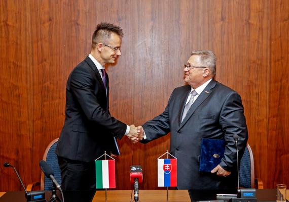 Pozsonyban a magyar-szlovák gazdasági vegyes bizottság ülésén Dusan Petrík, a szlovák gazdasági tárca államtitkára fogadta Szijjártót.