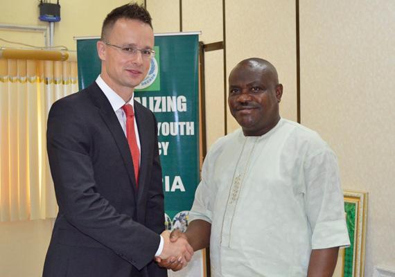 Szijjártó Péter külügyi és külgazdasági államtitkár Ezenwo Wike nigériai oktatási miniszterrel Abujában.
