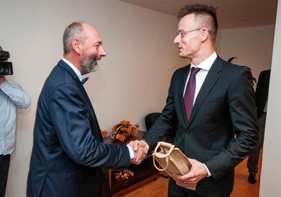 Szintén Pozsonyban, ezúttal a szlovák gazdasági miniszter, Tomás Malatinsky társaságában.
