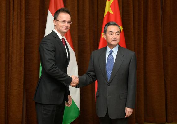 Október 28-án Pekingben tett látogatást, ahol Vang Ji kínai külügyminiszterrel, Li Janggal, a Kínai Társadalomtudományi Akadémia alelnökével, Tien Kuo-lival, a Bank of China elnökével, valamint Sung Sannal, a kínai Kereskedelmi Minisztérium miniszterhelyettesével is értekezett.