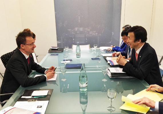 Október 16-án az ASEM 10. csúcstalálkozója Milánóba szólította, itt éppen Jun Bjung Sze dél-koreai külügyminiszterrel folytat megbeszélést.