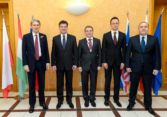 Október 30-án útja ismét Pozsonyba vitte, ezúttal a visegrádi négyek országainak találkozóján vett részt, Philip Hammond brit külügyminiszterrel, Miroslav Lajcák szlovák külügyminiszterrel, miniszterelnök-helyettessel, Lubomír Zaorálek cseh külügyminiszterrel és Grzegorz Schetyna lengyel külügyminiszterrel egyetemben.