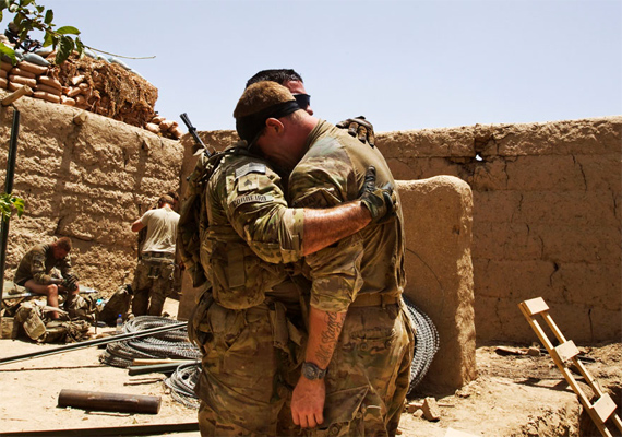 Amerikai katonák pont ebben a pillanatban kapták meg a rosszhírt, hogy bajtársaik életüket vesztették egy felrobbant robbanószerkezetnek köszönhetően. Az eset Dél-Afganisztában történt, melyet Shamil Zhumatov kapott lencsevégre június 12-én.