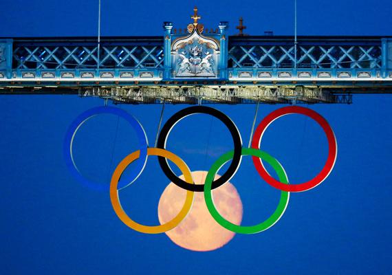 Augusztus 3-án készült a fotó az olimpiai ötkarikáról és az éppen emelkedő teliholdról. Az ügyes pillanatfelvétel Luke MacGregor nevéhez fűződik.