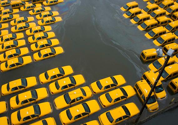 Október 30-án New York nagy része víz alá került a Sandy hurrikán pusztításának köszönhetően, a képen a város jellegzetes sárga taxijai láthatók.