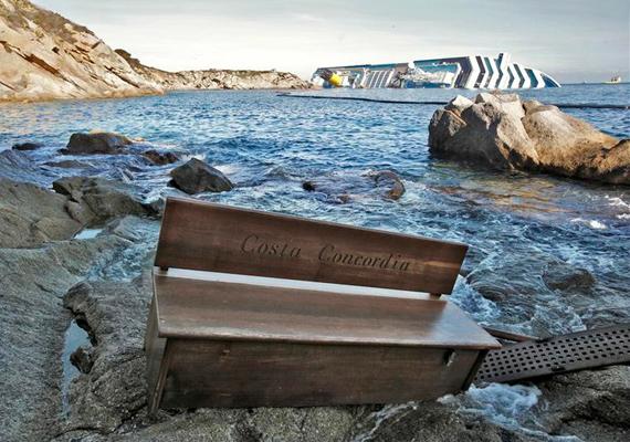 Az idei év egyik legnagyobb tragédiája a Costa Concordia sziklának ütközése volt. A Giglio szigetére sodródott pad a luxushajóról származik, mely a háttérben lebeg a víz tetején. A képet Paul Hanna készítette január 20-án.