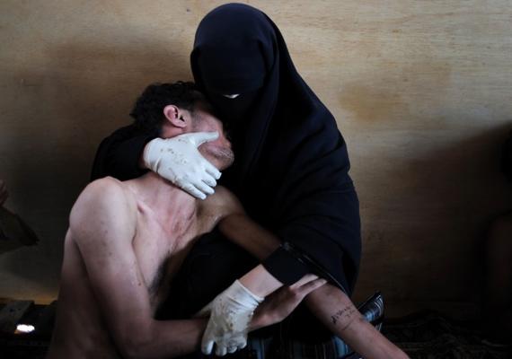 A World Press Photo idei díjnyertes képén - melyet Samuel Aranda készített - Fatima al-Qaws ringatja fiát Zayedet, aki egy jemeni utcai tüntetésen túl sok könnygázt lélegzett be.
