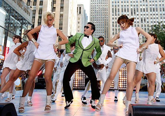 A dél-koreai énekes-rapper PSY dala, a Gangnam Style hihetetlen népszerűségnek örvendett ebben az évben szerte a világon, köszönhetően a Youtube-nak. A klipben látható híres lovaglótánc azóta valódi mémmé változott.