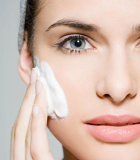 Az első lépés                         Minden smink alapja az arcbőr megtisztításával és hidratálásával kezdődik. A tartós smink elengedhetetlen kelléke egy bőrtípusodnak megfelelő arckrém.