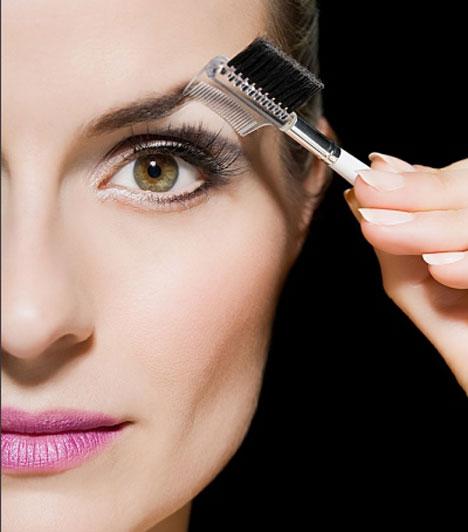 Szemöldökigazítás                         Az arc meghatározó része a szemöldök, így annak ívét is át kell fésülni, majd rögzíteni egy zselés szemöldökfixálóval.
