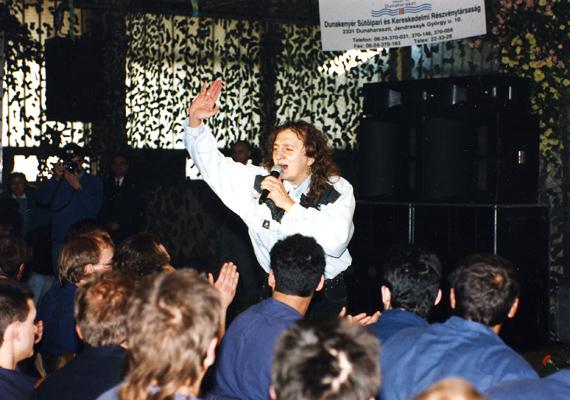 Zámbó Jimmy 2001. január 1-én fegyvertisztítás közben tisztázatlan körülmények között fejbe lőtte magát. A 42 éves énekes életéért küzdöttek az orvosok, de nem tudták megmenteni, másnap elhunyt.