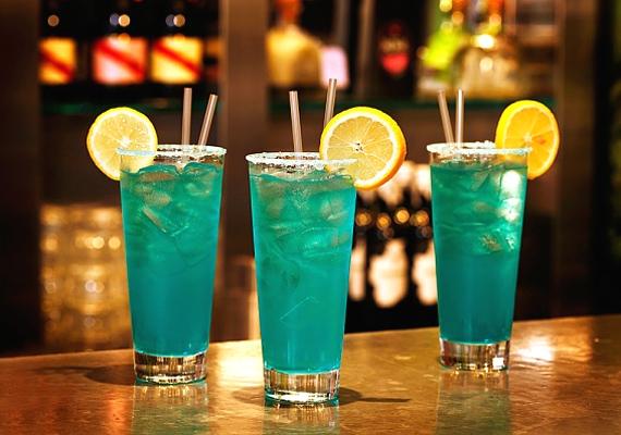 Tegyél néhány jégkockát egy pohárba, és önts rá 3 cl vodkát. Töltsd fel Sprite-tal, és adj hozzá 1 cl Blue Curacaót. Végül lime-szeletekkel díszítsd a Blue Angel nevet viselő koktélt.