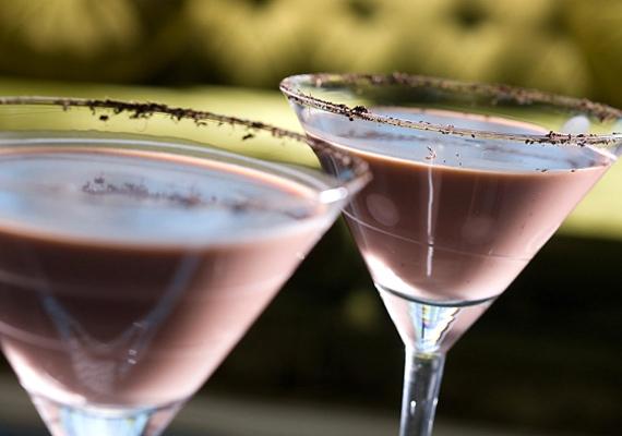 Egy pohár csokikoktélhoz keverj össze shakerben 2 cl brandyt, 2 cl száraz vermutot és 2 cl csokoládélikőrt. Koktélospohárba tegyél néhány jégkockát, végül öntsd rá az italt.