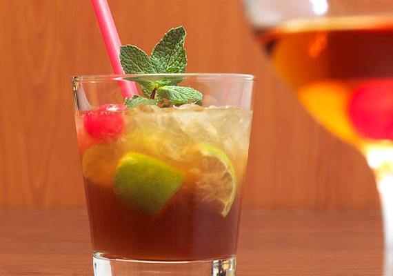 6 cl barna rumot, 2 cl barackpálinkát, 1 cl mandulaszirupot, 1 cl limelevet, 1 cl citromlevet és 18 cl ananászlevet rázz össze shakerben, és töltsd ki pohárba. Jégkockával kínáld a Mai Tait.