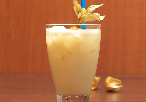 Egy adag Piña Coladahoz rázz össze shakerben egy kis tört jeget, 4 cl fehér rumot, 2 cl tejszínt, 1 cl kókuszszirupot és 14 cl ananászlevet. Töltsd jégkockákra, a pohár szélét pedig díszítsd ananásszal.