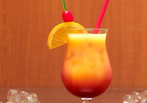 A Tequila Sunrise koktélhoz tegyél egy pohárba jégkockát. Önts rá 5 cl tequila silvert, 10 cl frissen facsart narancslevet és 2 cl citromlevet. Tegyél szívószálat a pohárba, és óvatosan önts bele 2 cl gránátalmaszirupot.
