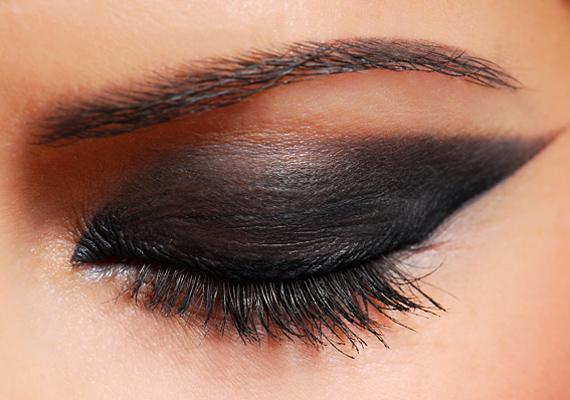 A füstös szem valószínűleg még jó ideig nem tűnik el a süllyesztőben. Ez a sötét árnyalás elsősorban a nagy, sötét szemszínt hangsúlyozza ki.