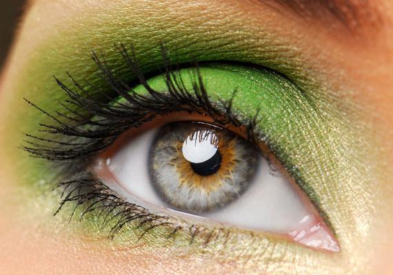 Ha kék a szemed, icipici barnás árnyalattal, akkor bátran válassz élénkzöld szemfestéket.