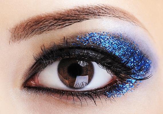 A kékről úgy tartják, hogy tabu a szemfestékpalettán. Ugyanakkor, ha okosan használod, nemcsak a szemedet emeli ki, de megbabonázza az ellenkező nem tagjait is.