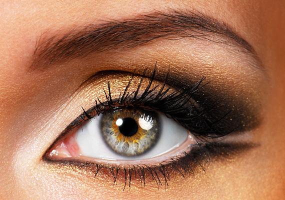 Az arany leginkább a halvány, kékes szemszínt emeli ki, ráadásul a belső szemzugba felvitt csillogó festék optikailag nagyítja a szemed.