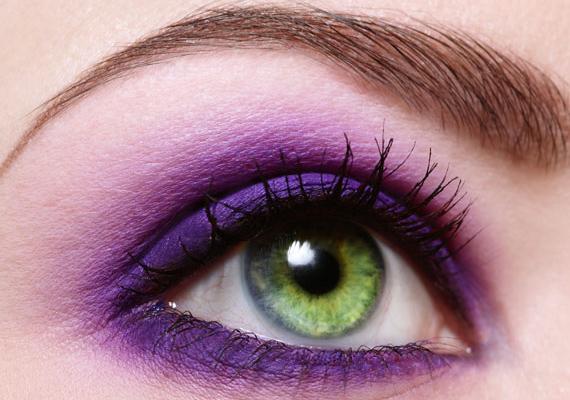 A kék-kékeszöld szeműek legnagyobb barátja a lila. Ahhoz, hogy ne kelts közönséges benyomást, ne variáld más tónusokkal, és korlátozd a festéket a szemhéjad aljára.