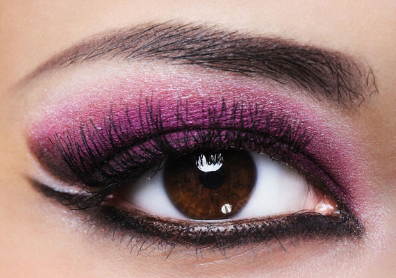 A rózsaszín-lila és fekete kombinációja vadító, macskás tekintetet varázsol viselőjének, legszebben a mogyoróbarna szempárt emeli ki.