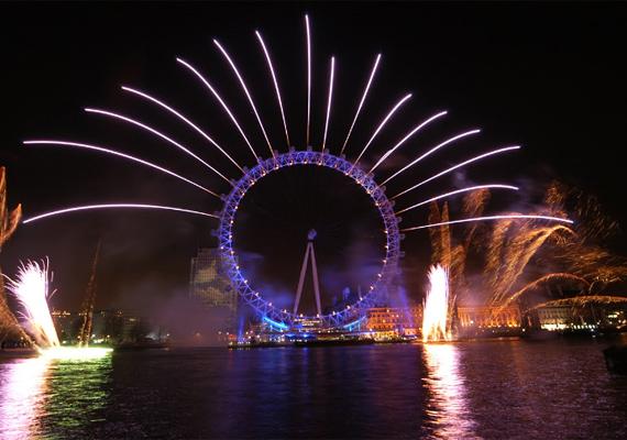 A London Eye valóságos showműsort ad szilveszter éjjel.