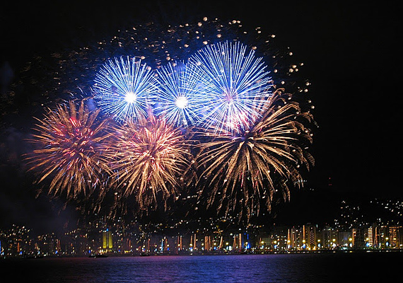 Brazíliában a tengerpartra vonulnak le a lakosok egy óriási fiesztára, hogy aztán közösen nézzék a tűzijátékot.
