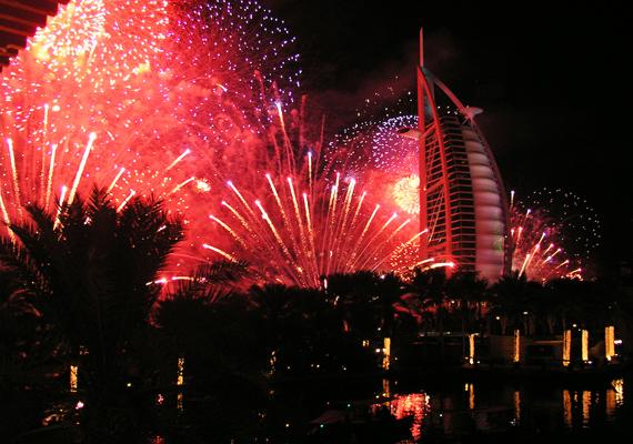 Dubaiban sem fukarkodnak a színes rakétákkal, amikor éjfélt üt az óra.