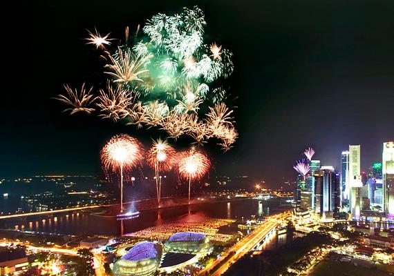 A kivilágított Szingapúr már önmagában is meseszép - és ez még fokozható, ha a tűzijáték fénybe vonja a várost.