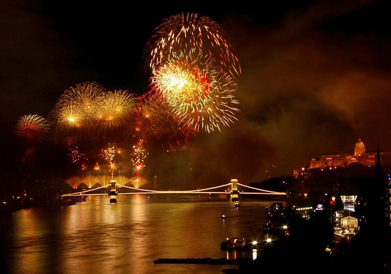 Hazánk szilveszterkor kifogyhatatlan a színes rakétákból, bár tény, hogy nem annyira látványos az újévi tűzijáték, mint az augusztus 20-ai.