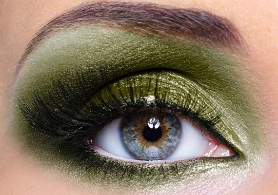 A zöld egy kis aranypigmenttel megszórva megvadítja a tekintetet. Vörös hajhoz és barna szemhez igazán passzol ez az árnyalat.
