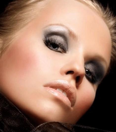 Szürke füstA szürkés színű füstös szem a szőke hajú, bájos lányokból is vadmacskát varázsol. Egy kis fehérrel szemhéjpúderrel gazdagítva a kis szemet optikailag nagyítja.