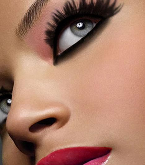 Csodaszép szemekKeretezd a szemed óriási szempillákkal. Ezt teheted akár művel is - persze ebben az esetben kérd kozmetikus segítségét - vagy ha már eleve dús pillákkal áldott meg a sors, akkor szempillagöndörítővel is.