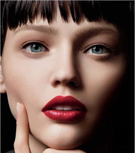 Vörös ajkakA pirosra festett száj az arc éke, így nem szabad szemhangsúlyos sminkkel elrontani az összahatást. Világos bőrön kifejezetten jól mutat.