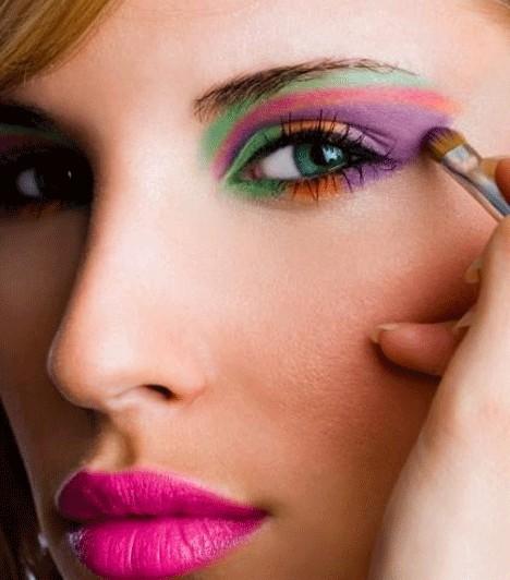 SzínkavalkádSzilveszterkor nincs az az extrém smink, amit ne vihetnél fel az arcodra. Egymással harmonizáló színekkel fesd ki a szemhéjad és kenj fel egy rikitó rúzst. Ez a smink csak egyszerű ruhával és hajjal mutat jól.