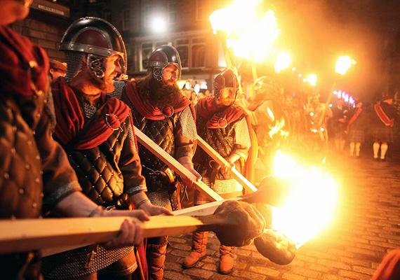 A skótok Hogmanay-nak hívják az év végi ünneplést. Ez a hagyomány számos formában létezik: Glasgow-ban tánccal, mulatsággal és húsos pitével őrzik a tradíciót, Edinburgh lakói viszont több ezer égő fáklyával vonulnak utcára. Sőt, egyesek nem is fáklyát használnak, hanem nagy méretű gyújtólabdákat, amit egyfolytában a fejük felett pörgetnek. Mindez a megtisztulást jelképezi, de valljuk be, kissé balesetveszélyes.