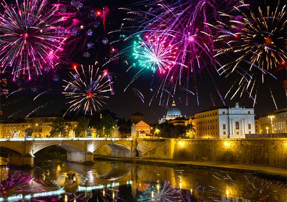 Róma történelmi jellegét remekül feldobják a színes rakéták. Kattints ide a nagy felbontású képért! »