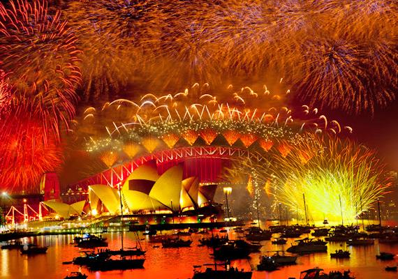 Sydney-ben hagyomány, hogy az emberek vízre szállnak, és az öbölből nézik meg a tűzijátékot.