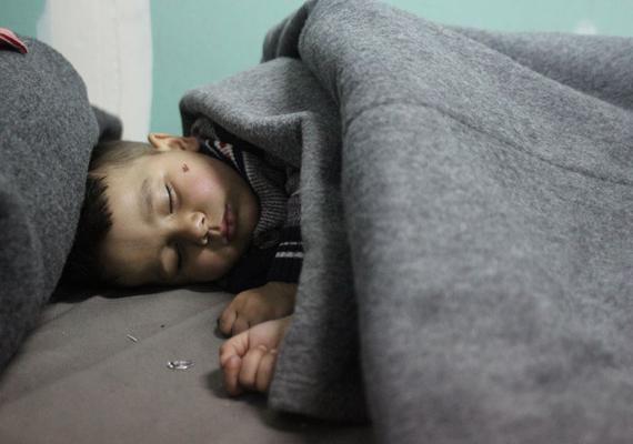 A ritka pillanatok egyike, kisgyerek alszik békésen egy menekülttáborban.