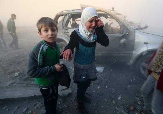 Rémült gyerekek egy szíriai bombatámadás után.