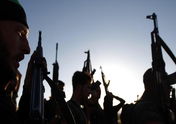 A kormánypárti hadsereg katonái fegyverekkel a kezükben.
