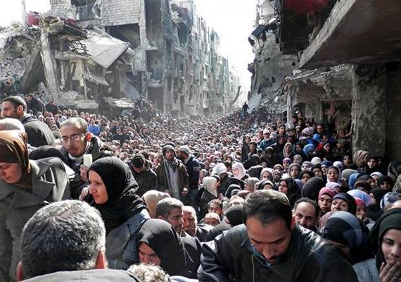 Palesztin menekülttábor Szíriában, ahol ekkora tömegek várják a segítséget.