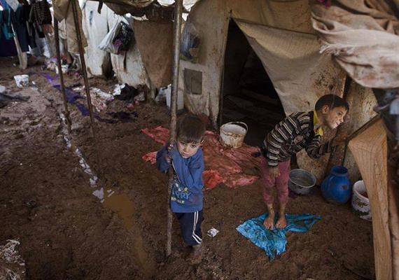 Ilyen állapotok uralkodnak a szíriai menekülttáborokban. A polgárháborúban rengeteg gyermek vesztette életét, vagy szakadt el teljesen a családjától.