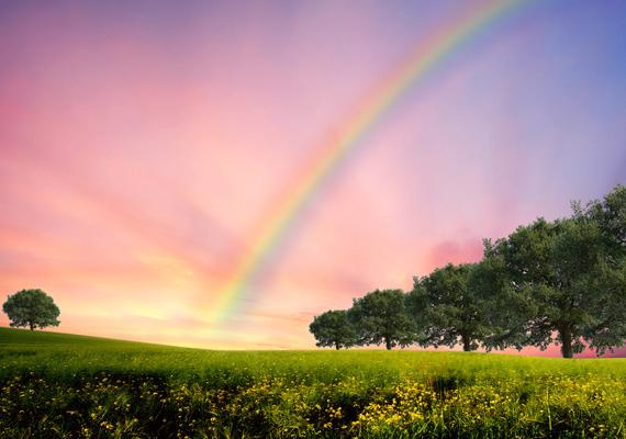 Mint a mesében: zöldellő fák, rózsaszín égbolt és egy csodálatos szivárvány. Kattints ide a nagy felbontású képért!