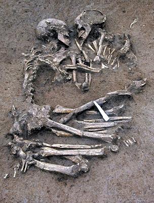 262d5a6316 Szívfacsaró fotó az ölelkező csontvázakról - A legromantikusabb ...